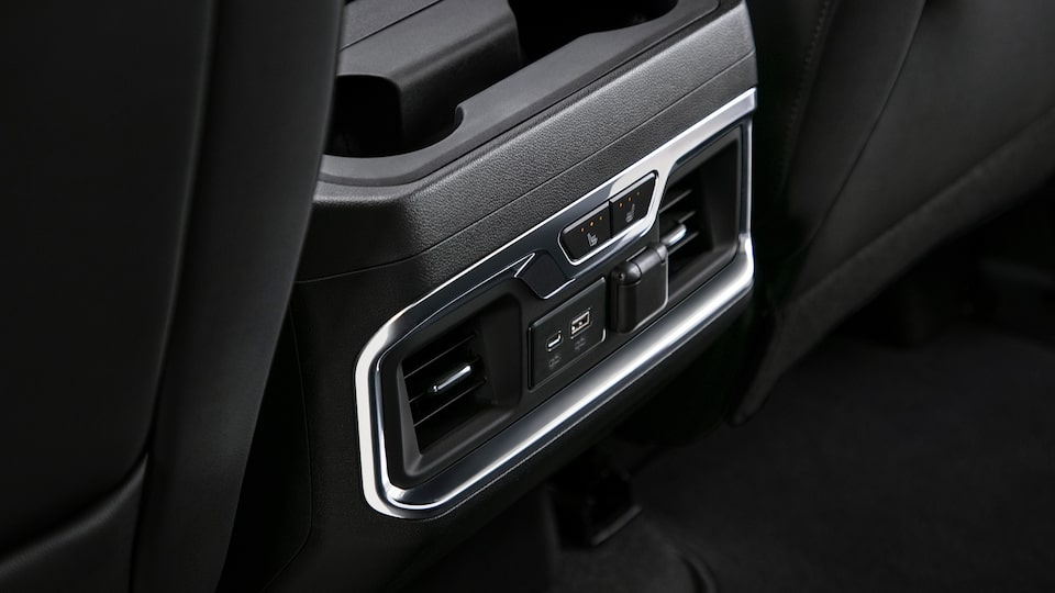 Sierra 1500 Pickup Truck: Rear Air Condition And Usb Connector.