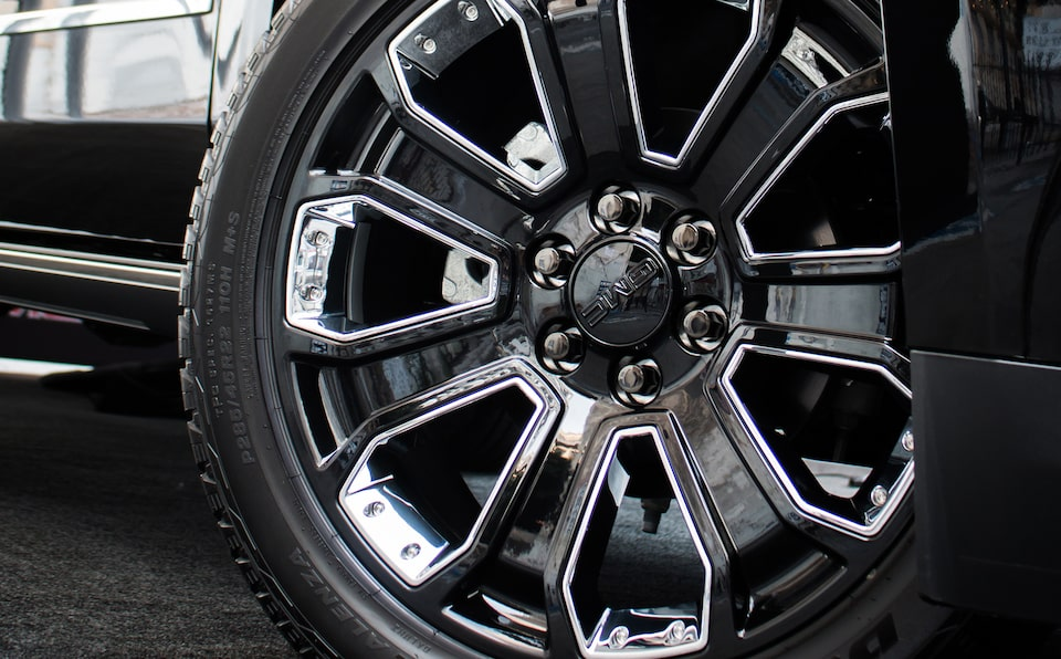 2020 GMC Yukon Denali Ultimate Black Edition Full Size SUV Wheel.