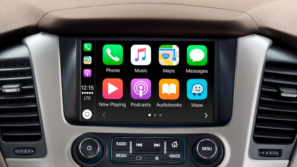The 2019 Yukon Denali full-size luxury SUV's 8-inch colour touch-screen with Apple CarPlay.